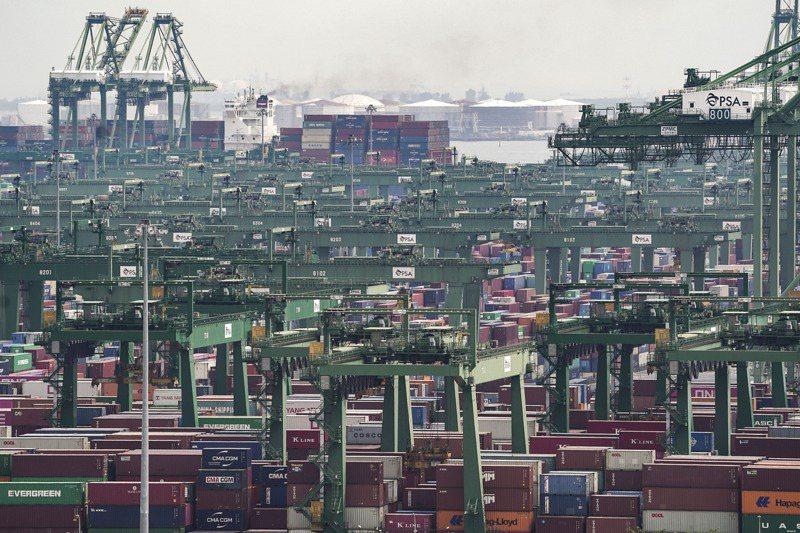 新加坡港區的大批貨櫃和起重機。歐新社