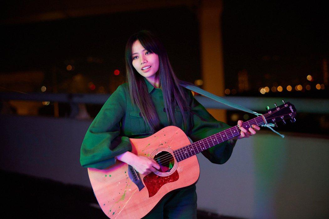 吳汶芳在新歌「我沒錯」MV展現吉他技巧。圖/聲勢文創娛樂提供