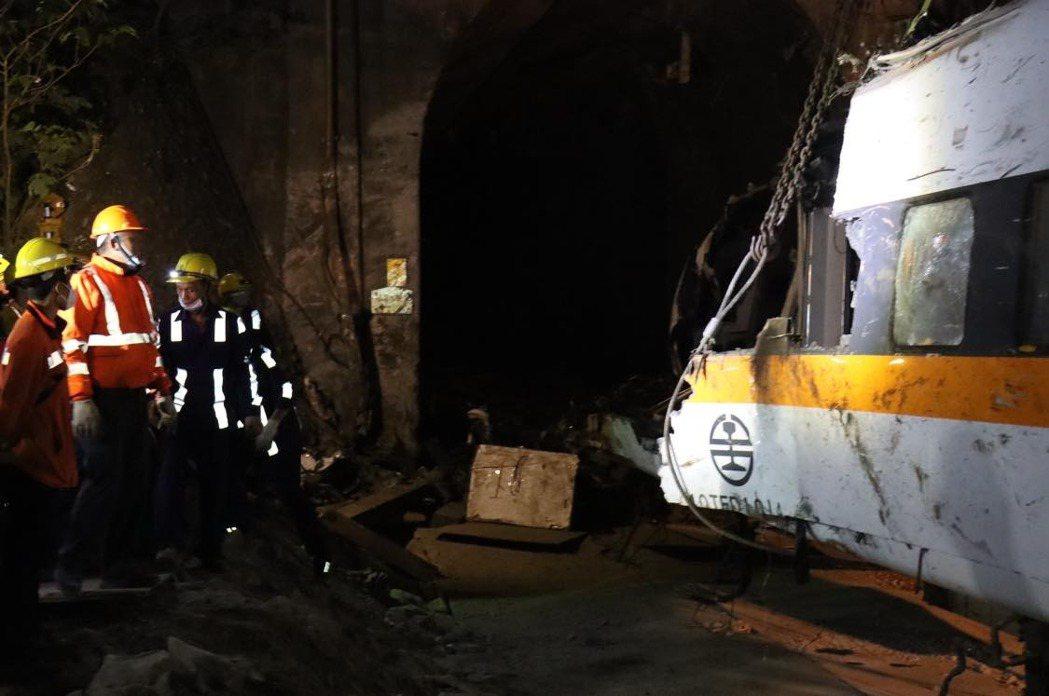 事故中受損最嚴重的第八車廂終於移出了。圖/取自林佳龍臉書