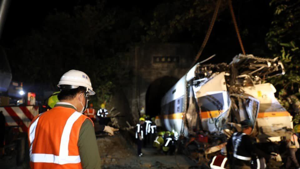 搶救人員及工程團隊不分晝夜、輪班全力投入搶修後,事故中受損最嚴重的第八車廂終於移...