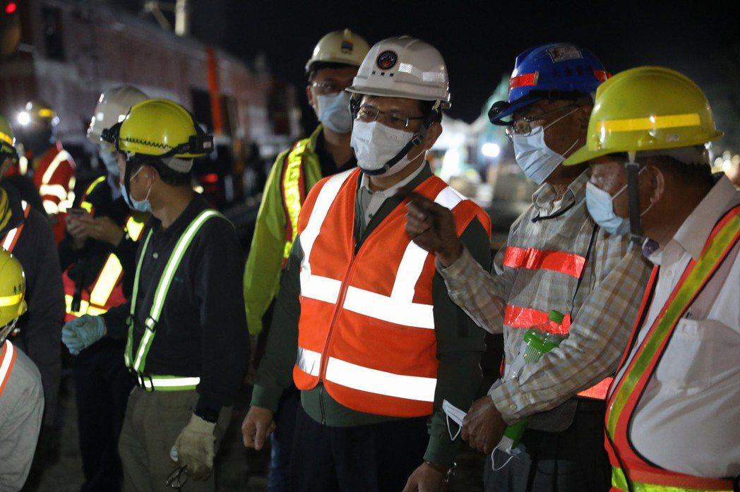 交通部長林佳龍今天清晨從花蓮趕回台北,前往立法院對太魯閣408號列車事故進行報告...