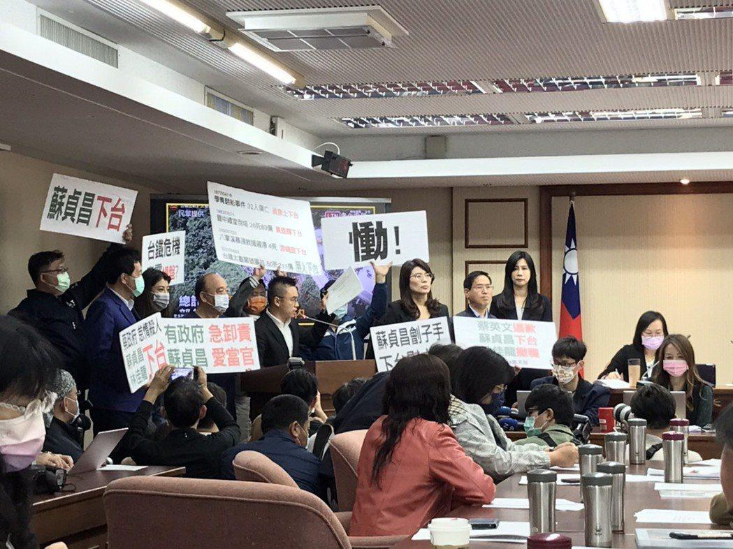 國民黨立委今天在台上高喊政府殺人、要求交通部長林佳龍下台。記者吳姿賢/攝影