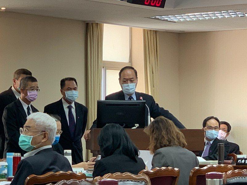 海委會主委李仲威今天赴立法院內政委員會備詢。記者鄭媁/攝影