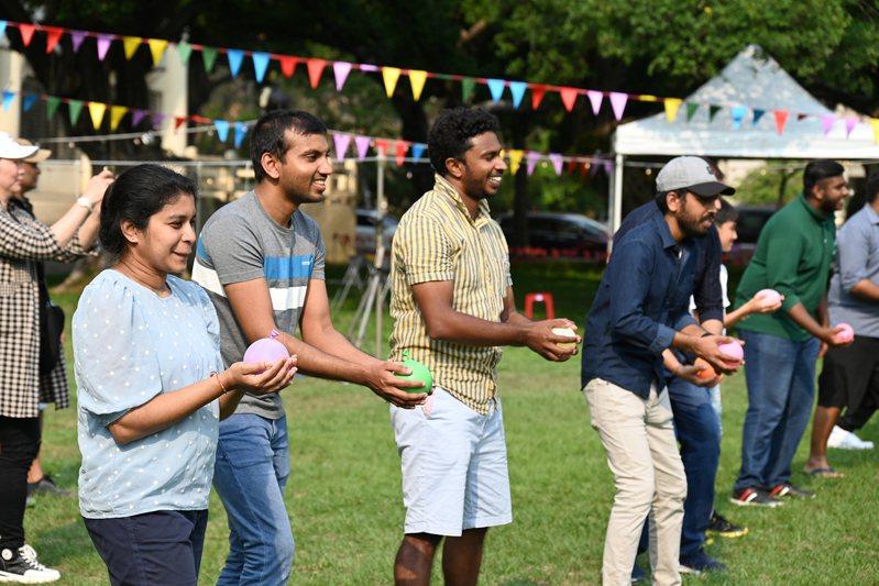 4月13至14日是斯里蘭卡「泰米爾新年(Sinhala Tamil Ne year)」,在中興大學就讀的斯里蘭卡學生,邀請全台近50位斯國學生到中興大學過年同歡,一起玩傳統遊戲、吃傳統美食。圖/興大提供