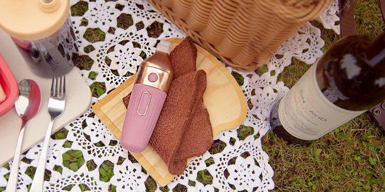 AnyWash超聲波洗衣筆時尚外型搭配粉嫩色系,隨身攜帶不僅實用更是亮點配件。圖...