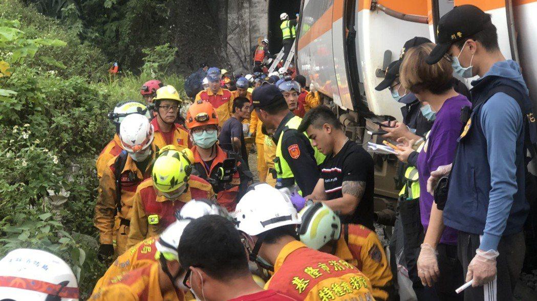 明天9點28分全台火車鳴笛30秒悼念,全體司機員別黃絲帶。圖/基隆市消防局提供