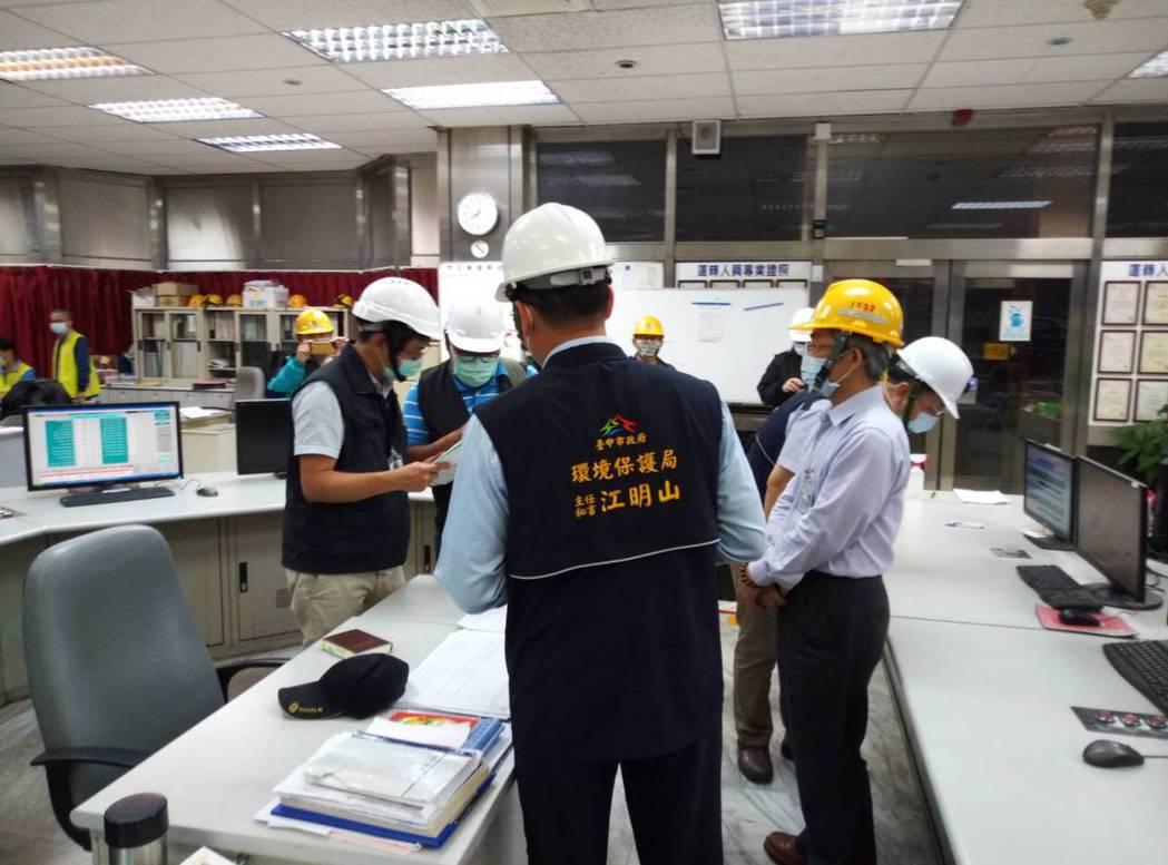 台中市環保局昨晚7時20分進廠稽查,發現中火3號機組已投入生煤進行發電。圖/台中...