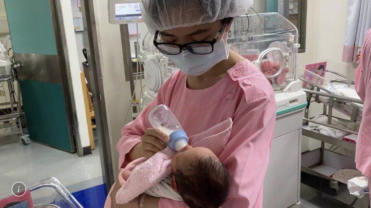 陳姓產婦兒童節早產,經醫師緊急安排剖腹,順利誕下一對龍鳳胎。圖/南投醫院提供