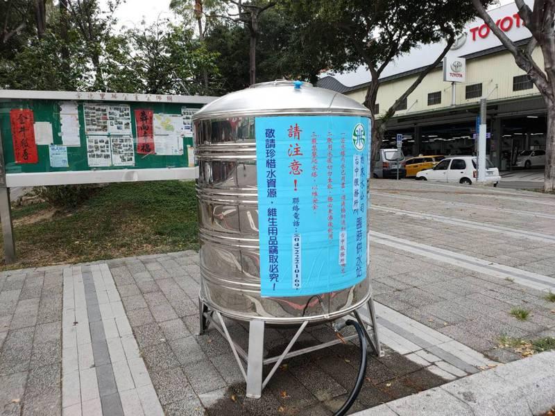 台中市北區崇德里太原路與榮華街口的臨時取水站接近中午時分空蕩蕩,無人取水。記者黃寅/攝影