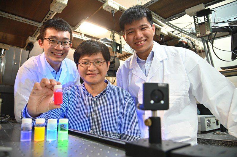 清華大學材料系教授林皓武(中)指導博士生許博惟(左)、莊詠棠(右)研發室溫下全球最亮量子光源。圖/清大提供
