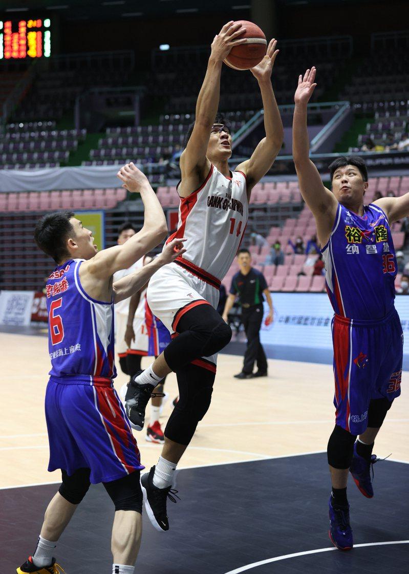台銀謝宗融(中)本季第二度獲選單周最佳球員。圖/中華籃協提供