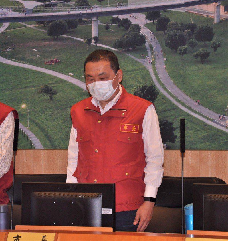 侯友宜在市政會議上為太魯閣號傷亡者默哀。記者張哲郢/攝影