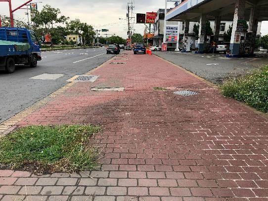 縣道120線人行道年久失修破舊崎嶇,將重新整建鋪面。圖/縣府提供