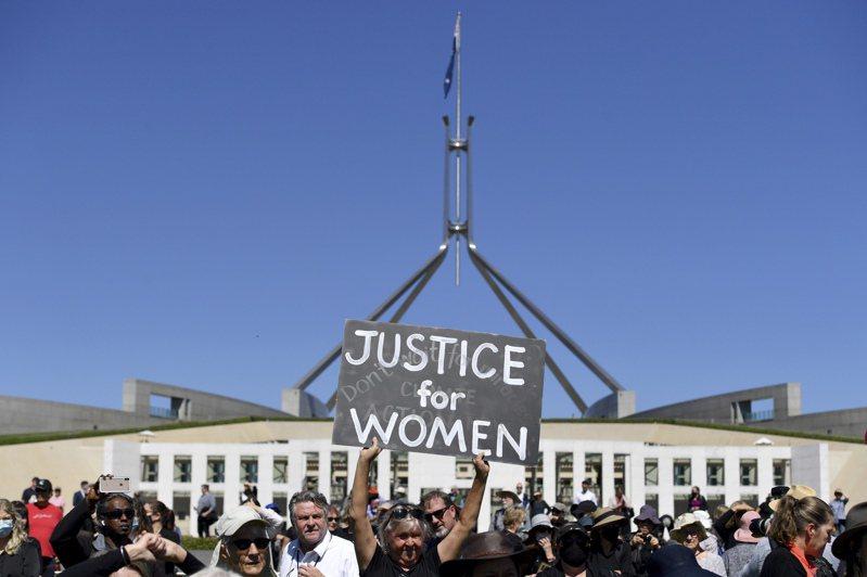 澳洲抗議群眾3月15日在坎培拉國會大廈前為女性討公道。美聯社