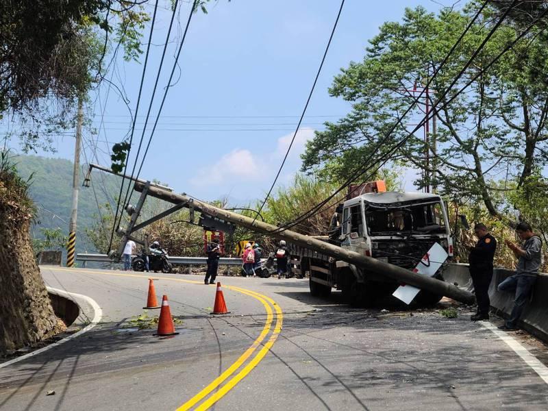 一輛大型吊臂工程車在合歡山公路約2.1公里處撞斷電線桿,阻斷雙向交通。圖/讀者提供
