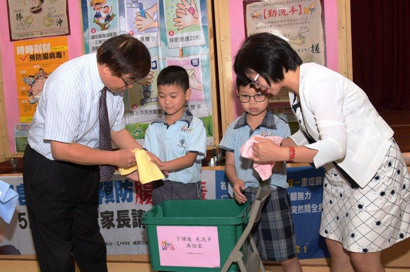 避免腸病毒群聚感染,衛生主管機關呼籲做好校園內消毒、勤洗手。圖/南投衛生局提供