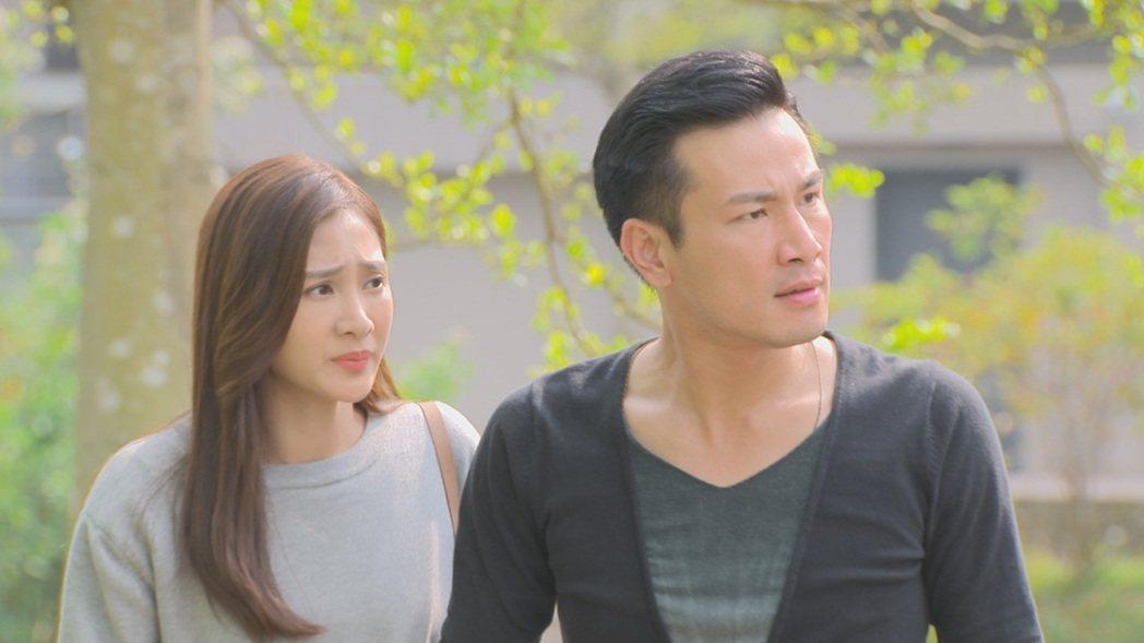 傅子純(右)、邱子芯在公園拍「多情城市」,卻遇上蟲蟲危機。圖/民視提供