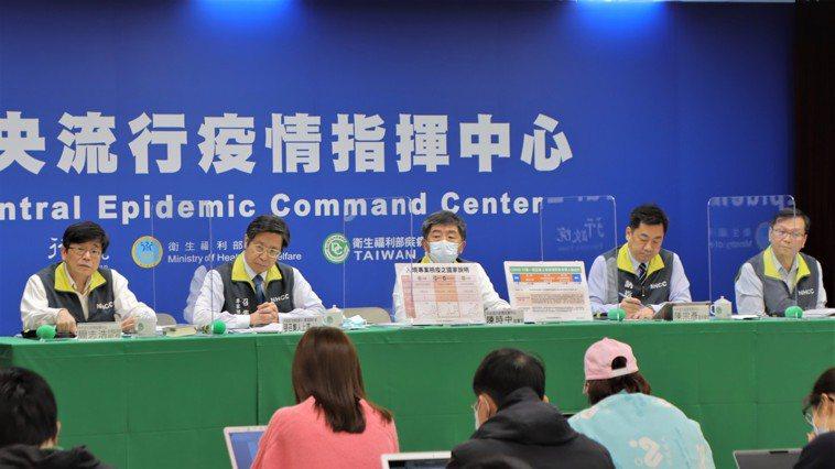 中央流行疫情指揮中心疫情監測組組長周志浩(左起)、專家諮詢小組召集人張上淳、指揮...