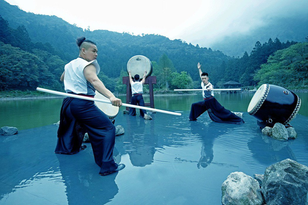 澎湃激昂的鼓聲悠悠迴盪於山林之中,一場絕無僅有的鼓樂藝術於明池湖畔展開。   圖...