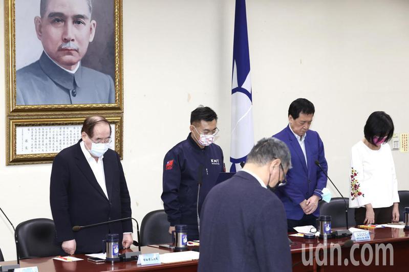 國民黨主席江啟臣(左二)今在中常會,率全體出席與會人員為台鐵太魯閣號重大傷亡事件默哀。記者林俊良/攝影