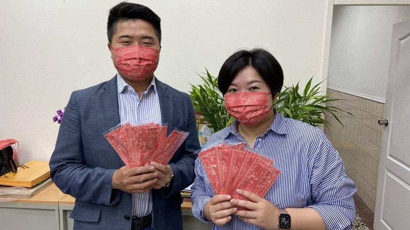 台中市議會副議長顏莉敏(右)說,透過Q版媽祖口罩發送,讓大家都能健康出門、平安回家。圖/顏莉敏提供