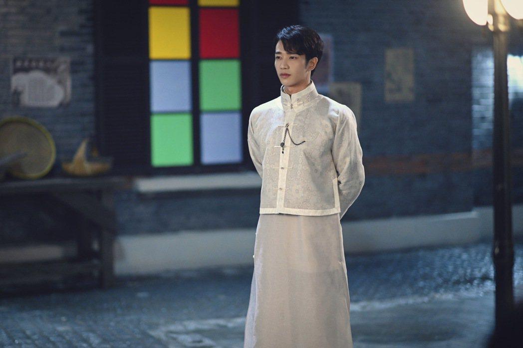 劉以豪在懸疑奇幻劇「十二譚」中,長袍造型十分帥氣。圖/劉以豪工作室提供
