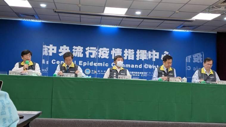 中央流行疫情指揮中心疫情監測組組長周志浩(由左到右)、專家諮詢小組召集人張上淳、...