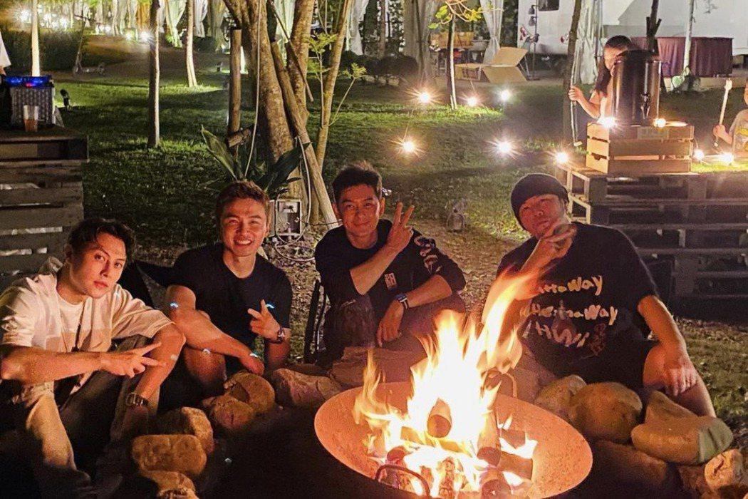周杰倫(右起)分享與林志穎、阿緯和王子露營烤火趴合照,網友驚嘆阿緯乍看神似吳宗憲