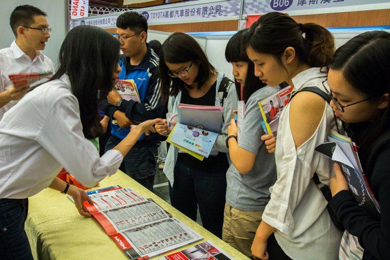 人力銀行調查顯示,今年應屆畢業者求職態度相對積極,企業願給年輕人的職缺也多,但媒合率不高。圖/聯合報系資料照片