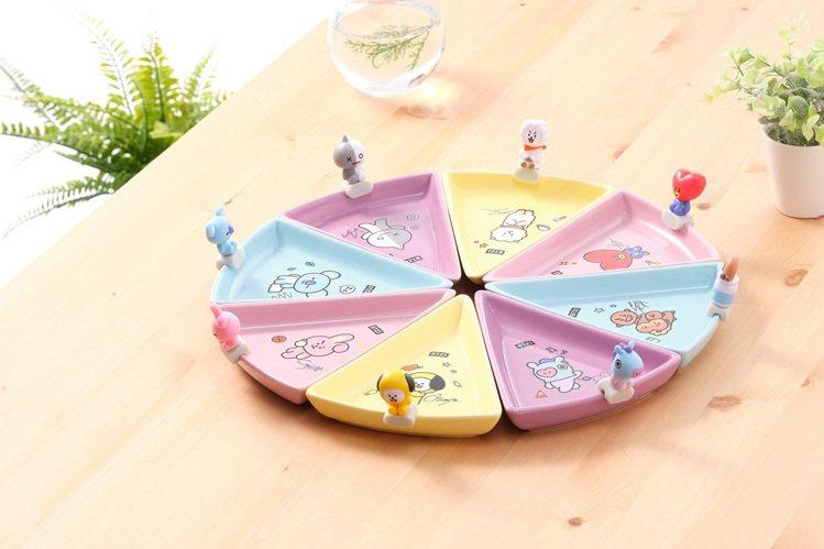 「Sweet好甜蜜三角盤公仔組」三角盤可任意組合,還附上同款公仔可固定在盤邊,超...