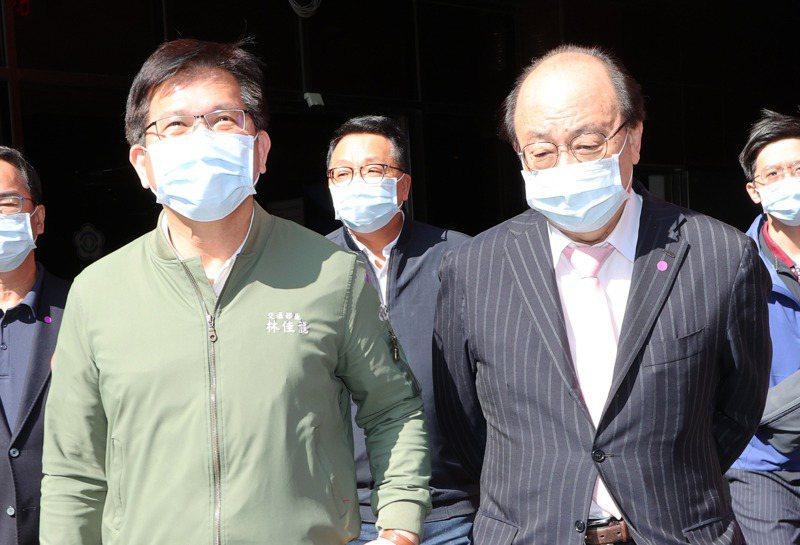 交通部長林佳龍(左)今天一早在民進黨團總召柯建銘(右)等陪同下進入立法院。記者潘俊宏/攝影