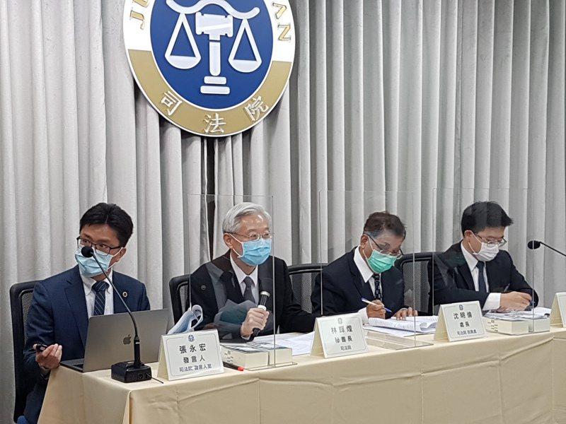 司法院秘書長林輝煌(左二)說明與翁茂鍾不當往來的法官名單。記者王宏舜/攝影