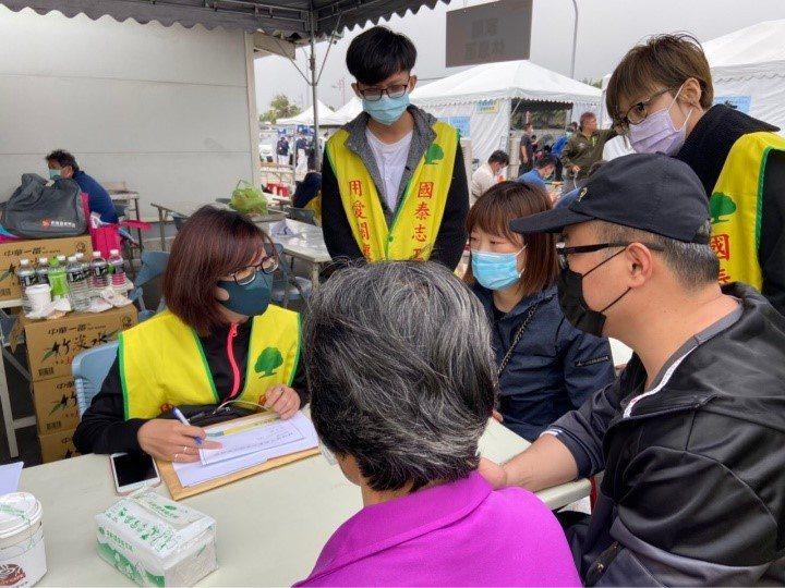 國泰百位志工於現場協助家屬。國泰人壽提供