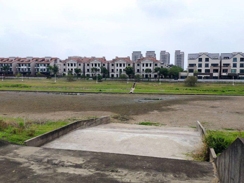 旱象嚴峻,南科LM區滯洪池乾涸,建商標榜「湖畔第一排」美景變調。 記者謝進盛/攝影