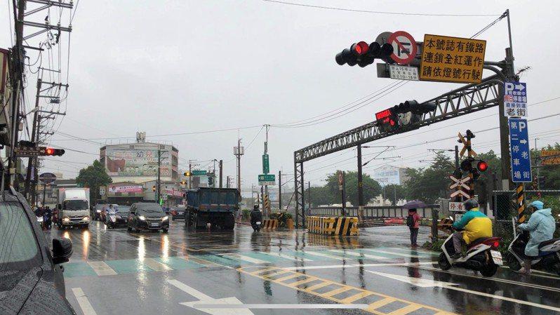 新北市過去10年在平交道就出現11起事故造成8人死亡。圖/新北市交通局提供