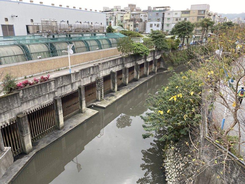 潭底溝長期因流速慢、汙染源多,造成惡臭四溢。圖/新北市水利局提供