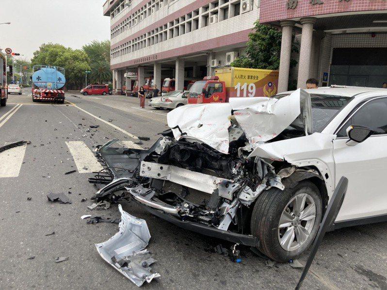 運水車發生車禍,但中友百貨表示未影響營運。圖/民眾提供