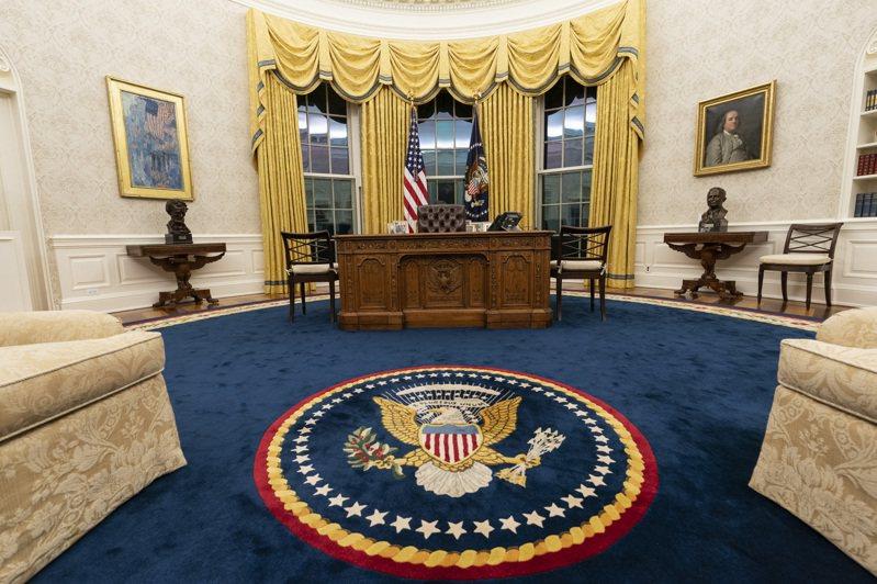白宮在政府換屆時通常會重新裝修,圖為拜登的橢圓形辦公室。美聯社