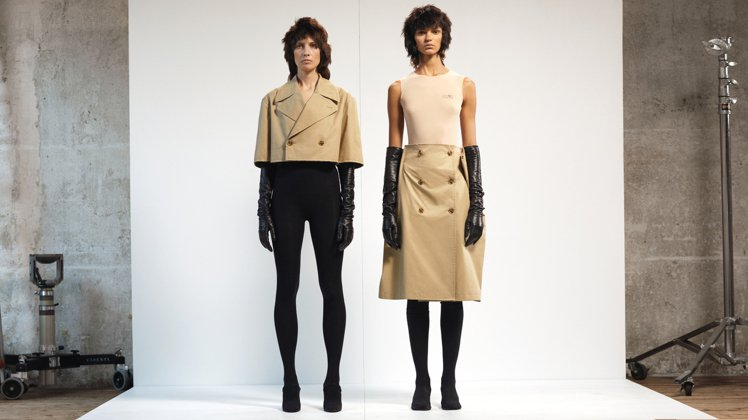 MM6(左)短版風衣外套22,800元、(右)風衣造型裙21,800元。圖/微風...