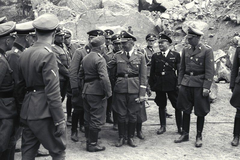 新解密文件揭露,曾擔任納粹黨衛軍將領的德國人胡伯(前排拿手套者)逃過戰犯之名,還從美國及西德情報機構取得豐厚報酬。圖/紐約時報