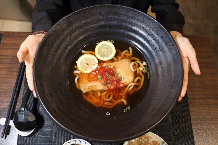本川製麵所Poo-up Store使用「巨型湯碗」上桌,直徑達40公分。記者陳睿...