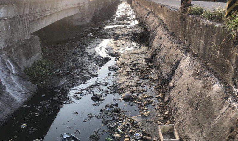 溪湖區排缺水,水中養豬汙水、農業廢棄物、垃圾,發出惡臭,讓人觸目驚心。圖/林淑玲提供