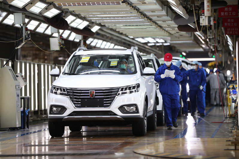 上海市浦東新區的上海汽車臨港工廠,工人在總裝車間生產線上作業。(新華社)