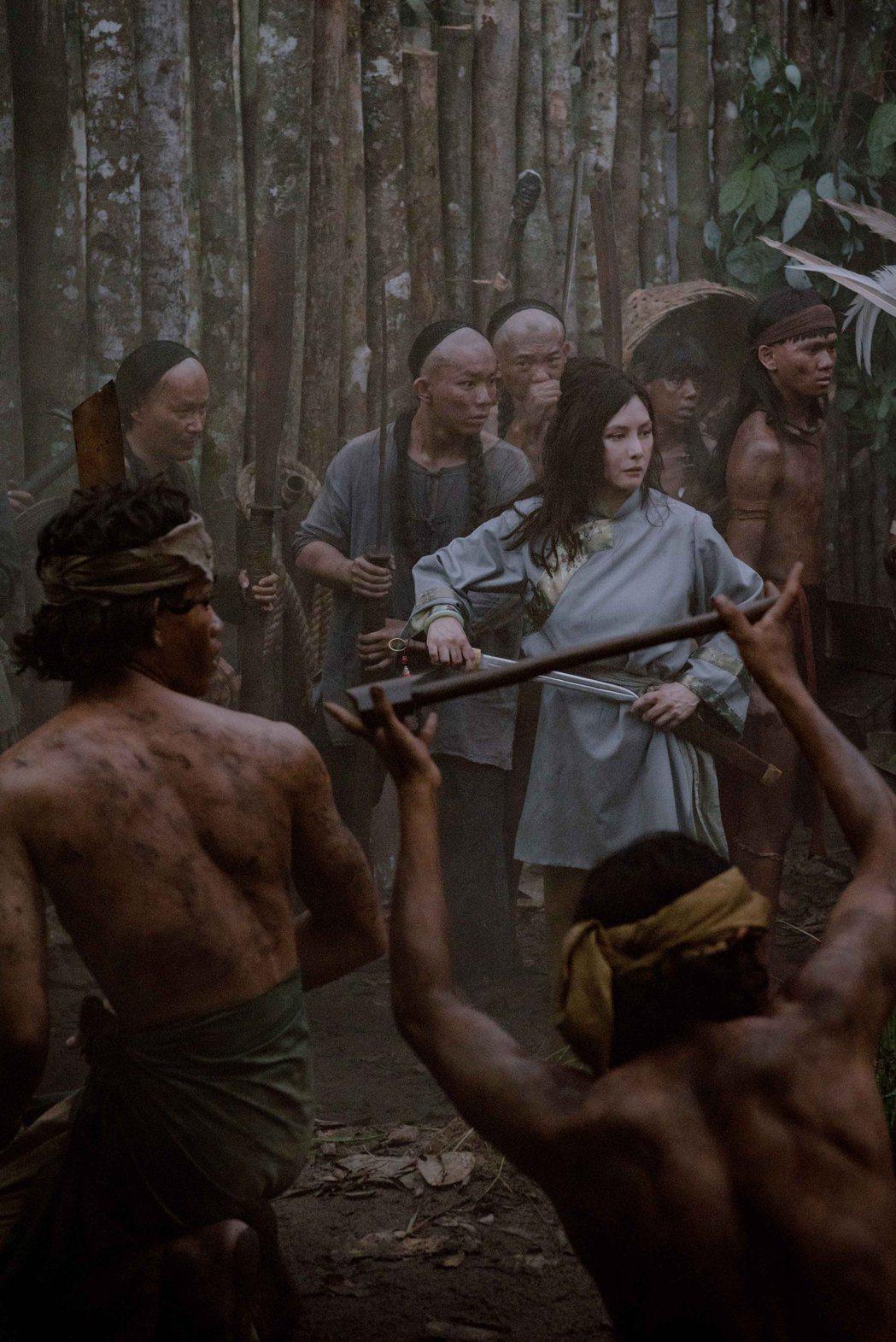 何超儀演出當地傳說中的英雄人物,以華人女軍閥首領之姿率眾聲援戲中前男友。圖/85...