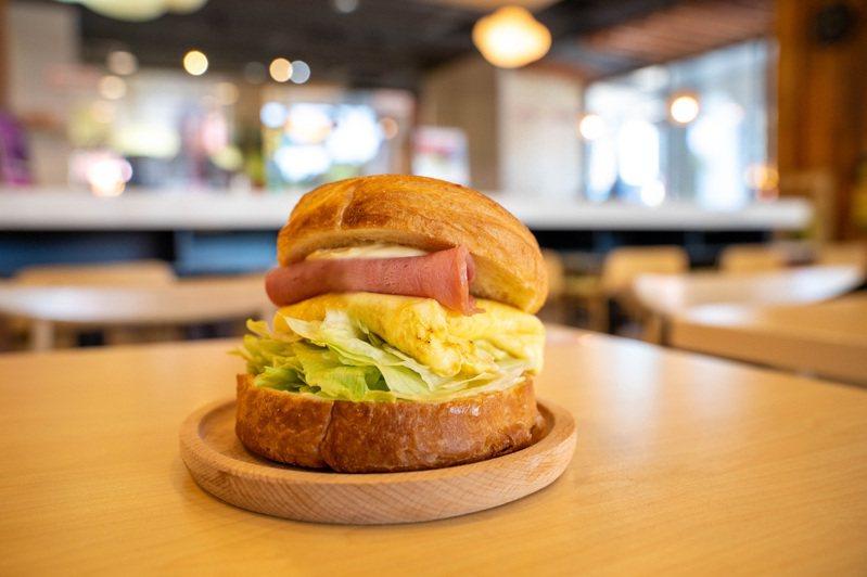 摩斯漢堡新推出「火腿歐姆可頌堡」,每份79元。圖/摩斯漢堡提供