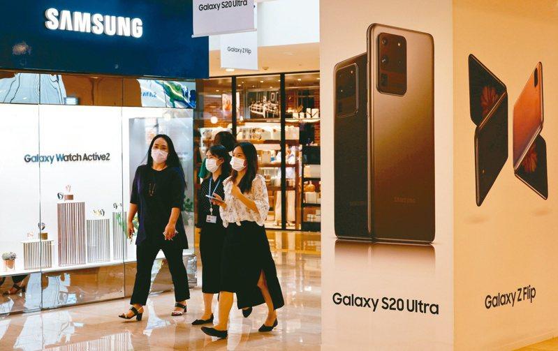 三星電子上季營業利益初估比去年同期成長逾四成,優於市場預期,主要拜智慧手機等產品熱銷所賜。(歐新社)
