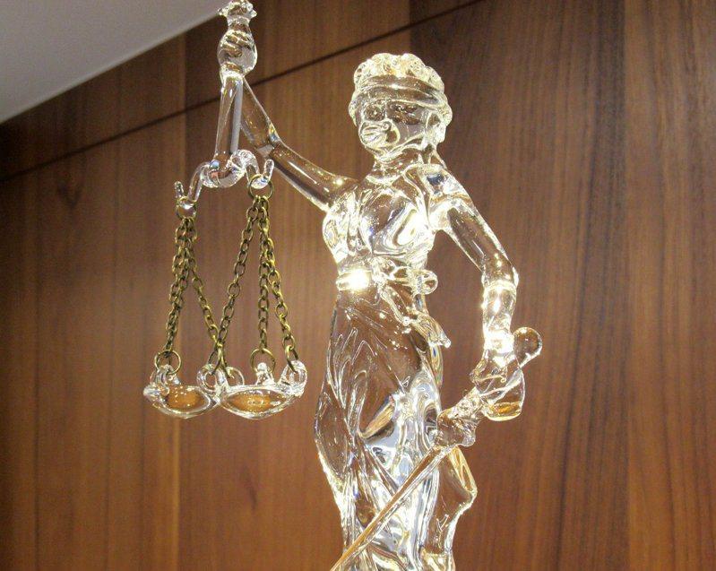 律師吳孟勳痛批「監院人士」亂扣帽子,手法是透過媒體影響訴訟。記者王宏舜/攝影