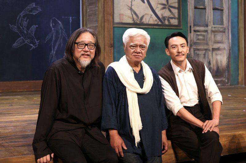 「江/雲·之/間」編導賴聲川(左)與演員胡德夫(中)、張震合影。記者王聰賢/攝影