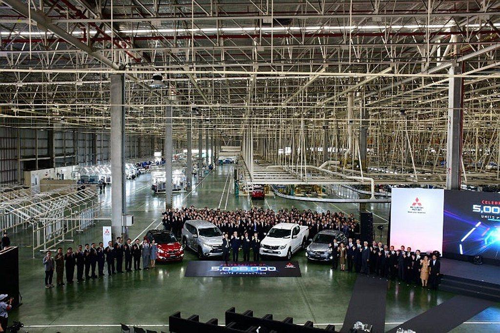 三菱汽車泰國分公司在2003年累積生產100萬輛成績、2010年200萬輛、20...