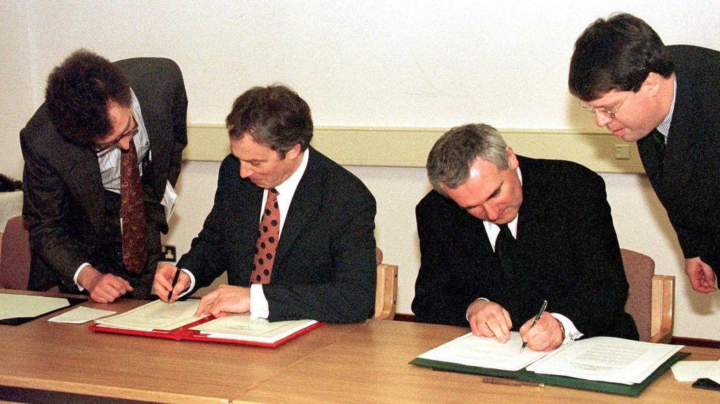 圖為雙方在1998年簽署《耶穌受難日協議》(The Good Friday Ag...